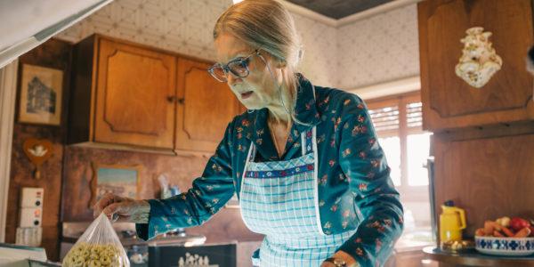 Metti la nonna in freezer | Per comprarti la pizza o il gelato